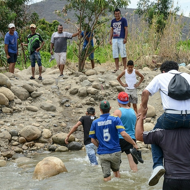 People crossing the Táchira River on the border between Colombia and Venezuela